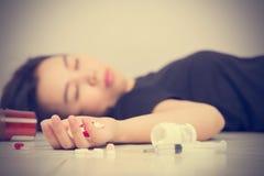 Nadruk op handvrouwen na gegeten pillenoverdosis royalty-vrije stock afbeelding