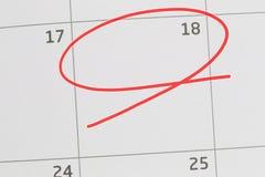 Nadruk op nummer 18 in kalender en lege rode ellips stock foto
