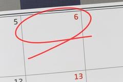 Nadruk op nummer 6 in kalender en lege rode ellips royalty-vrije stock afbeeldingen