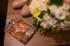 Nadruk op parfums Toebehoren van de details van het bruidhuwelijk Stock Afbeeldingen
