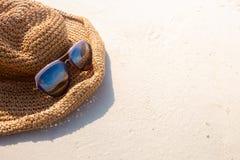 Nadruk op Weefselhoed en zonnebril op wit zandstrand - U kunt Stock Afbeeldingen
