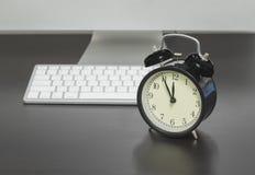 Nadruk op wekker achter een toetsenbord Royalty-vrije Stock Foto