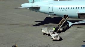Nadruk van arbeider het schikken van passagiersbagage aan Air Canada-vliegtuigen stock videobeelden