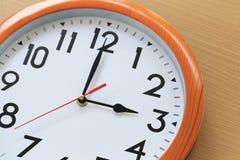 Nadruktijd in klok van drie uur voor het ontwerp in uw busi stock foto's
