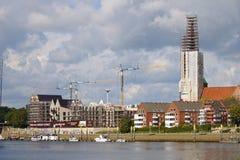 Nadrzeczna budowa z żurawiami, uzupełniającymi budynkami mieszkalnymi, częsciowo i w pełni Bremen, Niemcy, Wrzesień - 14th, 2017  zdjęcie royalty free