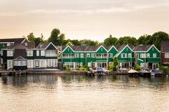 Nadrzeczni Colourful Drewniani domy przy zmierzchem zdjęcia stock