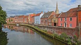 Nadrzeczny rzeczny Wensum w Norwich Norfolk, UK z kolorowymi domami na lewej stronie i Fye moscie w tle fotografia stock