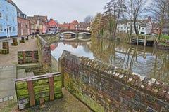 Nadrzeczny rzeczny Wensum z kolorowymi domami i Fye mostem w tle zdjęcia royalty free