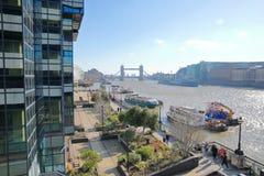 Nadrzeczny spaceru wschód wzdłuż rzecznego Thames z Basztowym mostem w tle wewnątrz barkach i przedpole obrazy stock