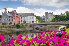 Nadrzeczny widok Kilkenny kasztelu most i miasteczko Zdjęcie Stock