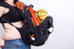 Nadwaga jest ciężkim bagażem Otyła gruba kobieta z wielkim plecy zdjęcia royalty free