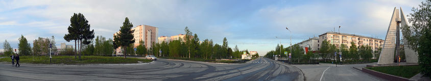 Nadym,俄罗斯- 2008年7月10日:全景 纪念碑和它 库存图片