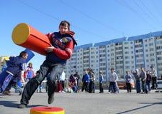 Nadym,俄罗斯- 2008年5月17日:在体育的儿童的竞争 库存图片