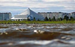 Nadym,俄罗斯- 2008年7月18日:旅馆对b的冰山前景 免版税库存照片