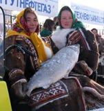 Nadym,俄罗斯- 2005年3月11日:未知的妇女- Nenets,出售拥抱 免版税库存照片