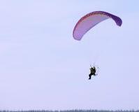 Nadym, Ρωσία - 17 Μαρτίου 2006: Άγνωστο άτομο που πετά μέσω Στοκ Φωτογραφία