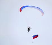 Nadym, Россия - 16-ое марта 2008: Неизвестное летание человека через s Стоковая Фотография