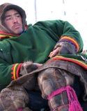 Nadym, Россия - 11-ое марта 2005: Неизвестный крупный план Nenets человека, сидит Стоковое Изображение RF
