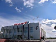 Nadym Rosja, Czerwiec, - 22, 2005: Miasto ulica, budynek biurowy Obraz Royalty Free