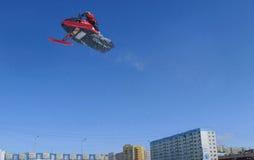 NADYM, RUSIA - 12 DE ABRIL: Salto de altura ultra Imagenes de archivo
