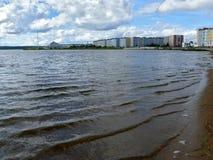 Nadym, Rusland - Augustus 21, 2007: de Stad van Nadym-rivier Nadym Stock Foto