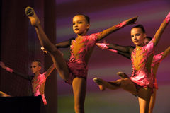 Nadym, Rusland - 7 December 2012: De onbekende meisjesturners presteren Royalty-vrije Stock Afbeeldingen