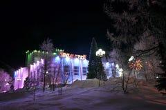 NADYM, RUSLAND - FEBRUARI 25, 2013: Nieuwe jaarboom in de stad. Royalty-vrije Stock Afbeeldingen