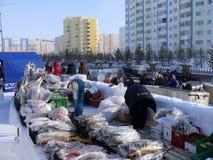 Nadym, Rusland - Maart 15, 2008: Handel in vlees en vissen op Royalty-vrije Stock Afbeeldingen