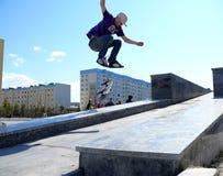 Nadym, Rusland - Mei 17, 2008: Het springen aan boord met springboar Royalty-vrije Stock Foto's