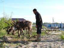 Nadym, Russia - 26 giugno 2006: Agricoltura Uomo sconosciuto da lavorare Immagine Stock Libera da Diritti