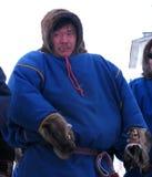 Nadym, Russia - 11 marzo 2005: Uomo sconosciuto sulla via, surro Fotografia Stock