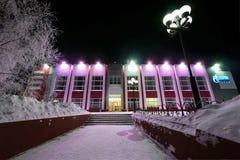 NADYM, RUSSIE - 25 FÉVRIER 2013 : Le plan rapproché de bâtiment de Gazprom Image libre de droits
