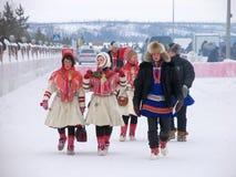 Nadym, Russie - 3 mars 2007 : Groupe de personnes inconnu a de marche Photos libres de droits