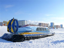 Nadym, Russie - 15 mars 2008 : l'Arctique soviétique de motoneige dessus Image libre de droits