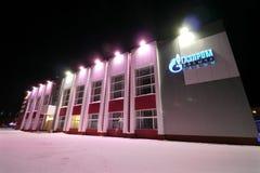 NADYM, RUSSLAND - 25. FEBRUAR 2013: Die Gazprom-Gebäudenahaufnahme Stockbilder
