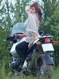 NADYM, RUSSLAND - 17. JULI: Schönes Mädchen (Burkova Anna) auf einem moto Stockfotografie