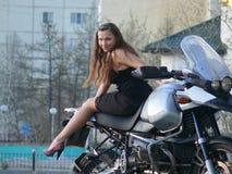 NADYM, RUSSLAND - 13. JUNI: Schönes Mädchen auf einem Motorrad. Lizenzfreie Stockbilder