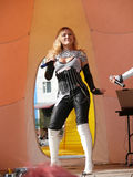 Nadym, Russland - 28. Juni 2008: Unbekannter Sänger führt am Stadium durch Stockfotografie