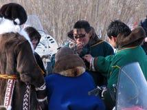 Nadym, Russland - 18. März 2006: Fremde Nenets-Stellung und c Stockbilder