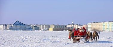 NADYM, RUSSLAND - 2. MÄRZ 2007: Laufen auf Rotwild während des Feiertags von Stockfotos