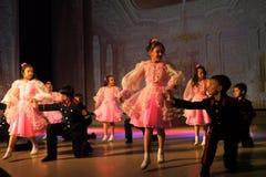 Nadym Ryssland - 7 December 2012: Okända dansare utför på fullvuxen hankronhjort Royaltyfri Foto