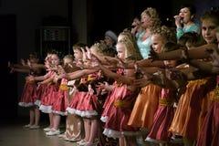 Nadym Ryssland - 7 December 2012: Okända dansare utför på fullvuxen hankronhjort Royaltyfria Foton