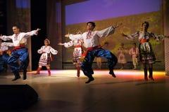 Nadym Ryssland - 7 December 2012: Okända dansare utför på fullvuxen hankronhjort Royaltyfri Bild