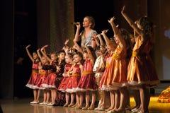 Nadym Ryssland - 7 December 2012: Okända dansare utför på fullvuxen hankronhjort Arkivfoton