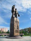 Nadym Ryssland - Juli 5, 2005: monumentet i parkera, i cet Royaltyfri Bild