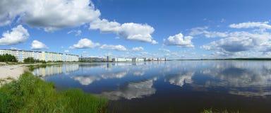 Nadym Ryssland - Juli 18, 2008: panoraman av staden på ret Royaltyfria Bilder