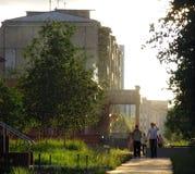 Nadym Ryssland - 8 Juli 2005: Stadsgata Främlingar är på ret Arkivfoton