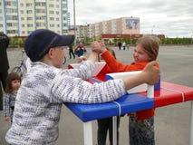 Nadym Ryssland - Juni 28, 2008: Konkurrenser på arm-brottning ST Arkivfoto
