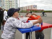 Nadym Ryssland - Juni 28, 2008: Konkurrenser på arm-brottning ST Royaltyfri Bild