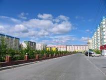 Nadym Ryssland - Juni 22, 2005: Stadsgata Fotografering för Bildbyråer